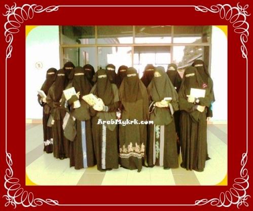 Ustazah bersama para pelajar